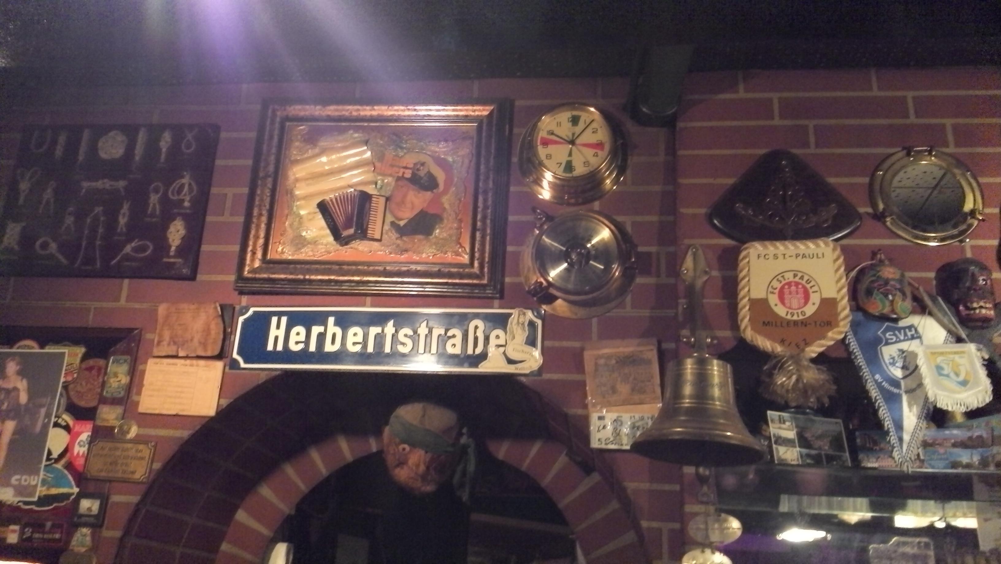 alte Bilder an der Wand - Hans Albers lässt Grüßen