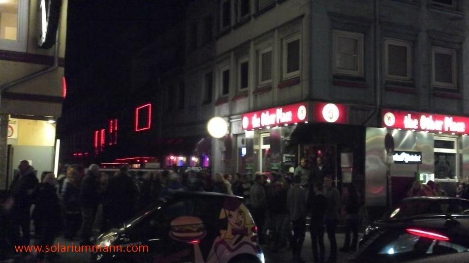 großes Gedränge am Eingang zur Herbertstraße.