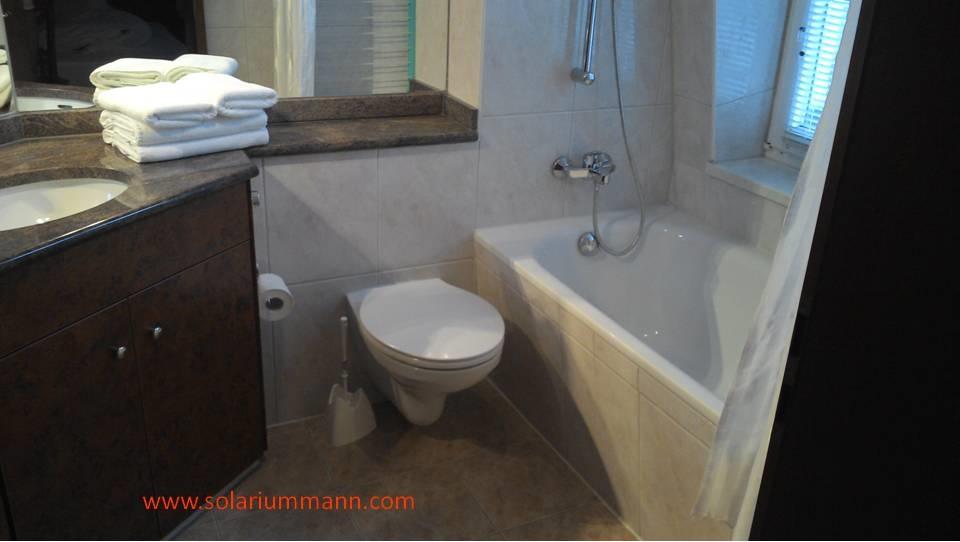 Das zweite Badezimmer mit Wanne.